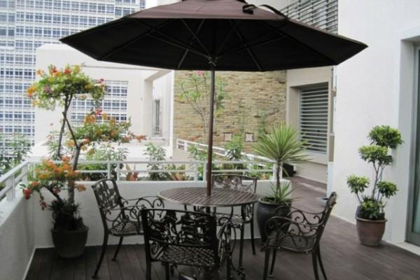 aménagement-terrasse-balcon-table-ronde-parasol-chaises